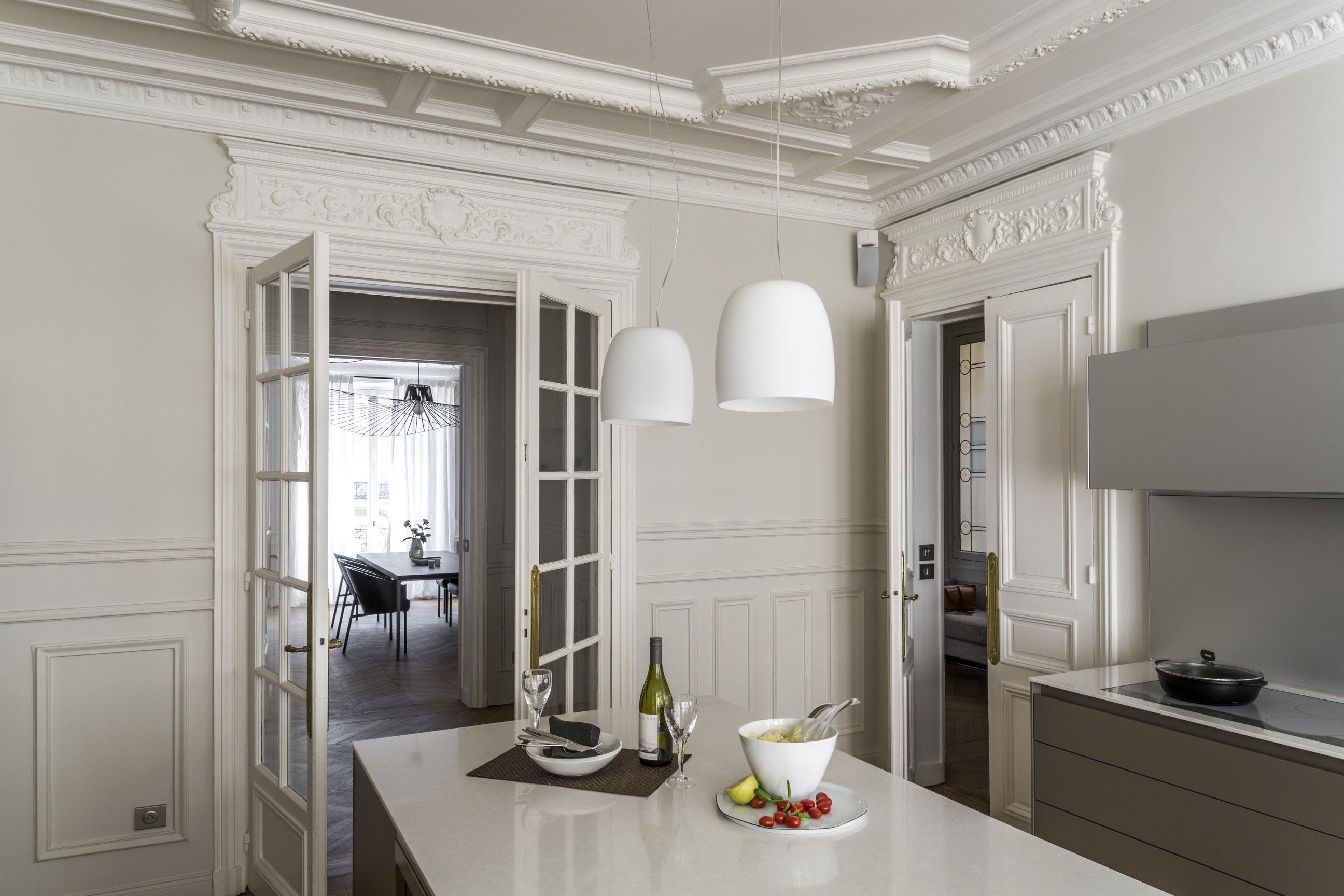 Un appartement haussmannien et contemporain à Paris.