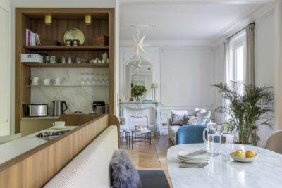 Aménagement cuisine ouverte et d'un salon cosy et douillet